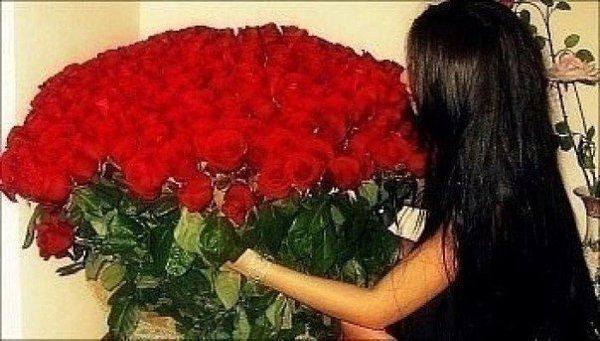 Фото девушек с большим букетом цветов