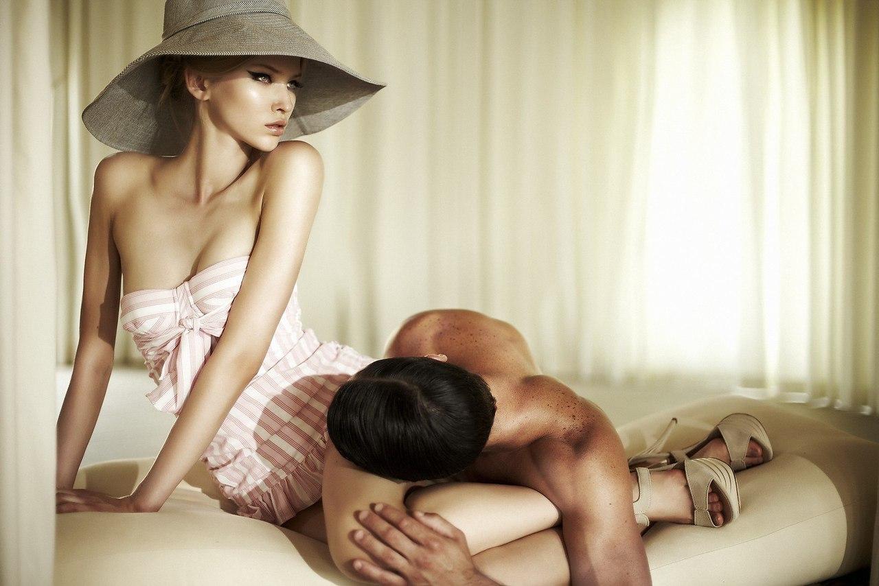 Смотреть онлайн бесплатно как две зрелые девушки садятся парню на язычок, Ухоженная русская дама заставила парня вылизывать 14 фотография