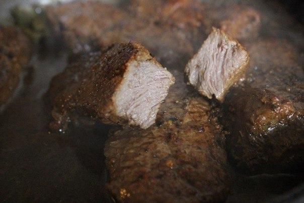 Острая говядина в красном вине.Ингредиенты:Мякоть говядины — 700 гБульон говяжий — 100 млКрасное ... - 4