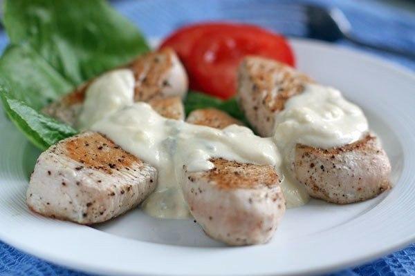Филе индейки с сырным соусом.Ингредиенты:Голубой сыр (с голубой плесенью) — 150 гСливки 10-11% — 200 ...