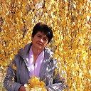Осенняя женщина, светла и торжественна, хмельное блаженство в бокале вина....