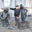 Жозеф и Франсуаз ругаются: кто же теперь поймает выпущенную из клетки улитку? Символизируют медлительность бельгийцев. А я предлагал вместо долгого объяснения Франсуазу - лучше самому шустро поймать улитку!