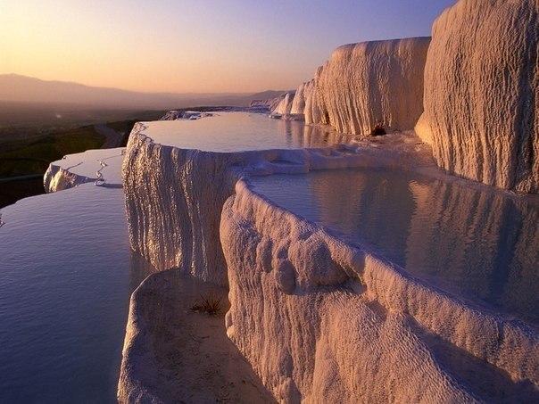 Памуккале (тур. хлопковая крепость) - природные бассейны минеральной воды с температурой примерно ...
