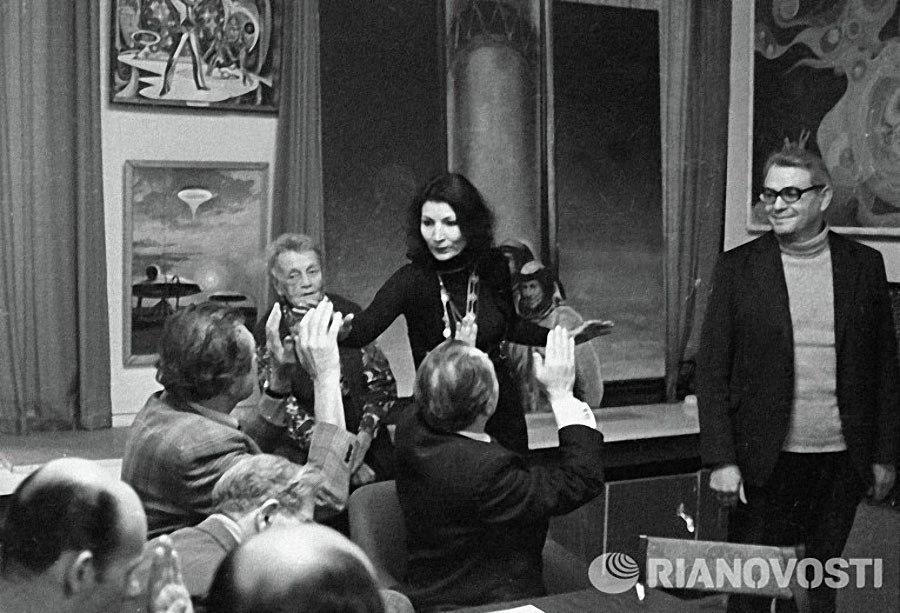 """Джуна Давиташвили беседует с работниками редакции журнала """"Техника молодежи"""". 1980 год."""