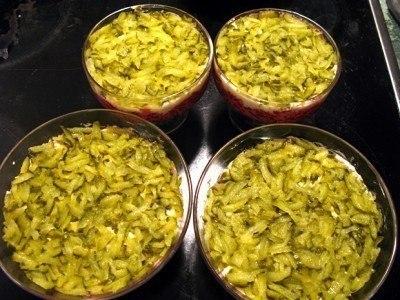 Салат «Простушка».Ингредиенты:- 4 отварных свеклы- 4 варёных яйца- 4 маринованных огурца- 200 гр ... - 3