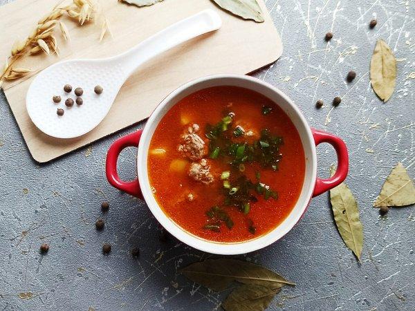 Суп с фрикадельками в мультиварке.Ингредиенты:Фарш говяжий — 200 гЛук — 1 шт.Помидор — 1 ...